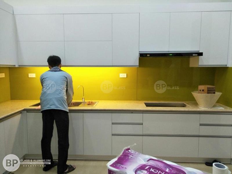 Lắp kính ốp bếp màu vàng đẹp sáng anh Thanh Kđt Việt Hưng