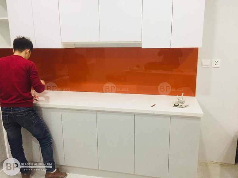 Lắp kính ốp tường bếp màu cam nhà anh Kiên Nguyễn Huy Tưởng