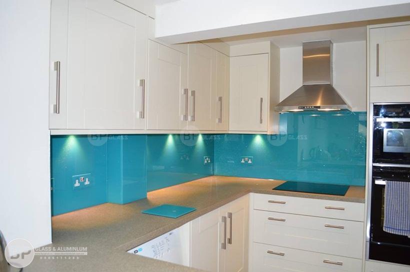 kính ốp bếp màu xanh dương ánh nhũ kim sa đẹp