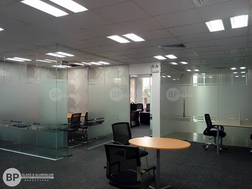 thi công và hoàn thiện vách kính, cửa kính văn phòng cho cty xnk thái sơn