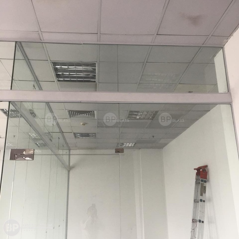 Thi công vách ngăn kính văn phòng tại Trung Yên Plazza