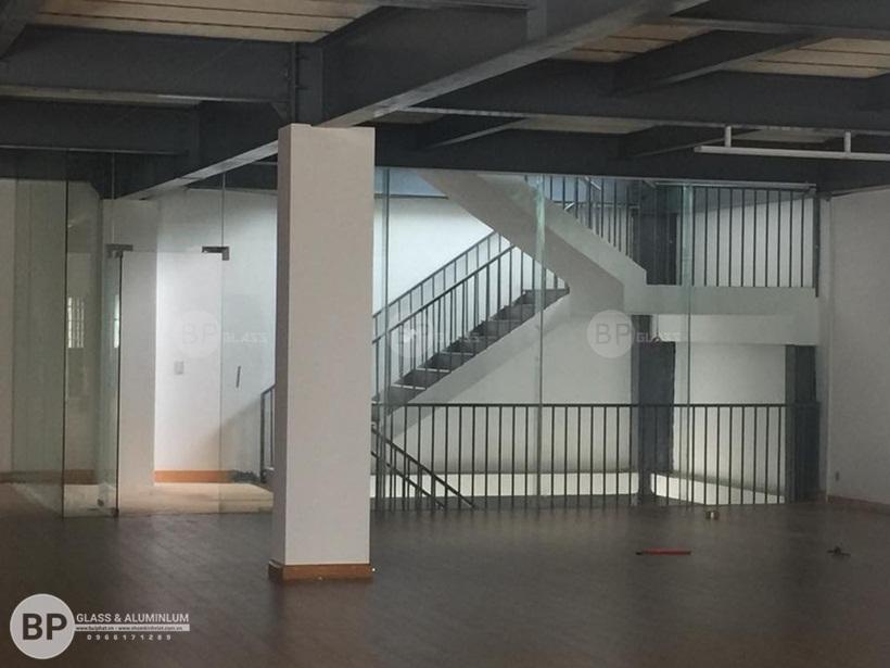 Thi công hoàn thiện vách ngăn kính văn phòng Showroom Rita Võ Depot