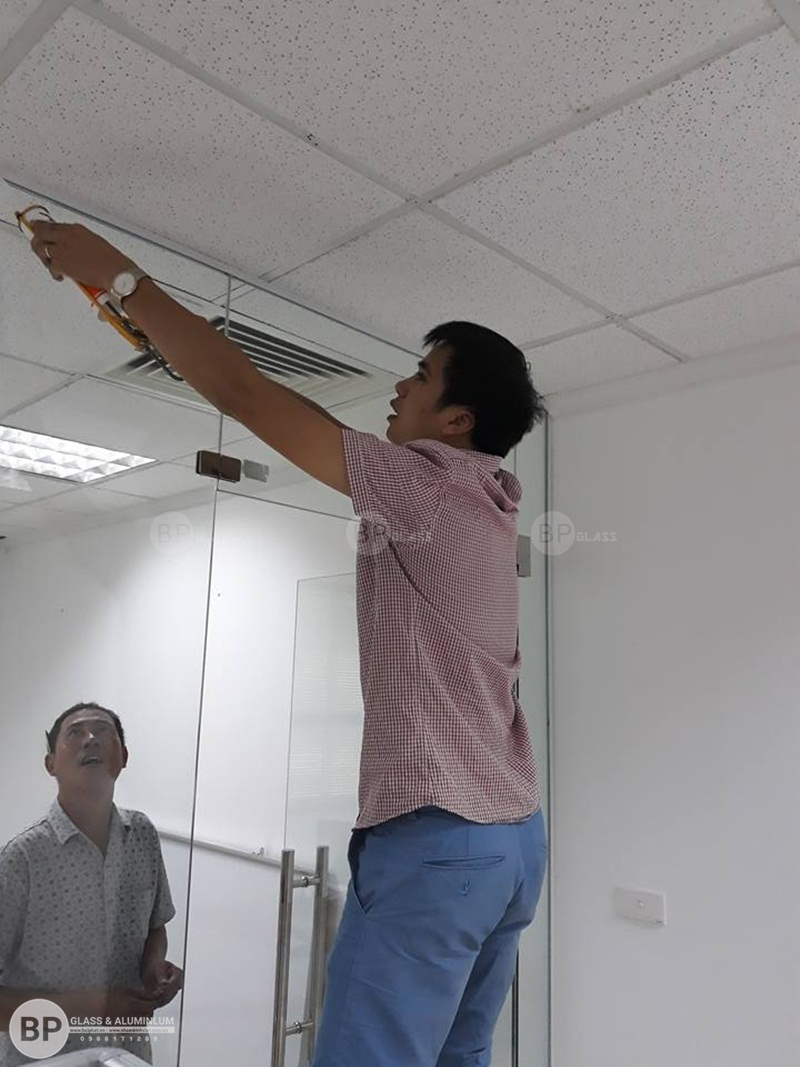 thi công lắp đặt vách ngăn văn phòng licogi 13